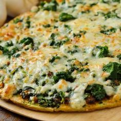 Easy spinach alfredo pizza recipe with mushrooms, artichoke hearts, parmesa Cold Vegetable Pizza, Vegetable Pizza Recipes, Pizza Legal, Dixie Diner, Snacks Sains, Cauliflower Crust, Spinach Stuffed Mushrooms, Good Pizza, Clean Eating Snacks