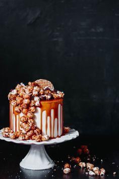 cheesecake layer cake with salted caramel Cheesecake Vanille, Pumpkin Cheesecake, Cheesecake Recipes, Popcorn Au Caramel, Biscuit Oreo, Tuna Cakes, Layer Cake Recipes, Layer Cakes, Birthday Cakes