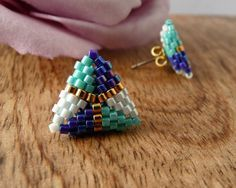 Small Stud Earrings Beaded Triangles in Turqoise, Blue, White and Gold Beading Tutorials, Beading Patterns, Jewelry Crafts, Bead Crafts, Beaded Jewelry Designs, Earring Tutorial, Bead Earrings, Bead Art, Bead Weaving