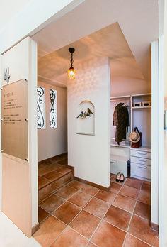 ヨーロピアンタイルで仕上げた玄関スペース。収納力たっぷりのシューズクローゼットは、人気のアイテムです。 Entry Hall, Entrance, Japan Architecture, Japanese House, Mudroom, My House, Tile Floor, House Plans, Decoration