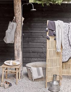 Home Decor Wall Une terrasse amnage comme un paradis tropical - PLANETE DECO a homes world.Home Decor Wall Une terrasse amnage comme un paradis tropical - PLANETE DECO a homes world Home Decor Signs, Home Decor Styles, Home Decor Items, Cheap Rustic Decor, Cheap Home Decor, Diy Home Decor, Outdoor Baths, Outdoor Bathrooms, Paradis Tropical