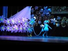 Very interesting number. Watch to the end ! Halftime Show, Very Interesting, Dance Choreography Videos, Paper Cutting, Paper Flowers, Helpful Hints, Musicals, Activities, Concert