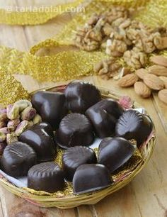 The perfect mix of elegance and excitement, this Mixed Nuts Chocolate is a luscious dark chocolate with the irresistible crunch of nuts like almonds, pistachios and walnuts.