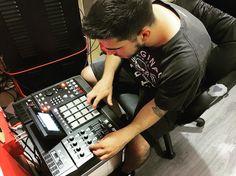 En @showtimeestudio cacharreando el MPC5000 con @ozmtherr. #akai #mpc #mpc5000 #produccion #beatmaking #showtimeestudio #rap #hiphop #musicaurbana #urbanmusic #musica #urbana #urban #music