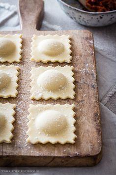 Mein Rezept für selbstgemachte Ravioli mit Ziegenfrischkäse, getrockneten Tomaten und brauner Butter. Einfach und so gut.