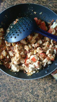 Kuřecí maso na olivovém oleji a nivě se sušenými rajčaty, cibulí, česnekem a cherry rajčaty