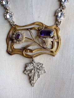 If you want to buy or collect vintage costume jewelry, learn what to look for and where to look. There is something for who is interested in vintage jewelry. Funky Jewelry, Recycled Jewelry, Old Jewelry, Antique Jewelry, Jewelery, Vintage Jewelry, Handmade Jewelry, Jewelry Ideas, Jewelry Making