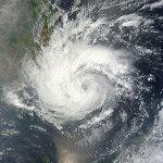Tifón Pakhar (02W) acercándose a Vietnam. Imagen tomada por el satélite Terra de la NASA el 30 de marzo de 2012