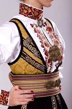 More of golden color in European traditional costumes across the countries :) Folk Fashion, Ethnic Fashion, Vintage Fashion, Folk Clothing, Historical Clothing, Traditional Fashion, Traditional Dresses, Folk Costume, Costumes