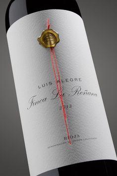 Finca La Reñana Wine Bottle Design, Wine Label Design, Wine Bottle Labels, Wine Away, Whisky, Peach Drinks, Just Wine, Wine Photography, Vides
