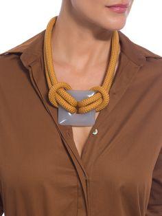 Moderno e versátil, o cinto de corda Drê Magalhães garante personalidade à produção. Nossa dica é combinar com camisa marrom, calça clochard branca e tênis para curtir o fim de semana com estilo. Jewelry Knots, Jewelry Crafts, Jewelry Art, Beaded Jewelry, Handmade Jewelry, Knitted Necklace, Fabric Necklace, Rope Necklace, Necklaces