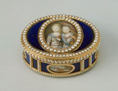 Gold snuff box with portrait and paintings. Enamel on gold and adorned with pearls, c. 1700s.