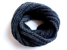 In meiner neuen kostenlosen Strickanleitung auf Lisibloggt zeige ich Dir, wie Du ganz einfach einen kuscheligen Loopschal strickst, der zu allem passt.