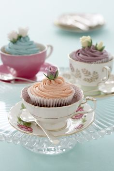 cupcakes in vintage tea cups.for my niece's bridal shower tea party. Café Chocolate, Tea Party Bridal Shower, Baby Shower Tea, Bridal Shower Cupcakes, Baby Showers, Tea Party Wedding, Tea Bridal Showers, Bridal Shower Vintage, Wedding Table