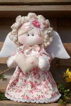Anjo em tecido floral com coração nas mãos ... 28cm