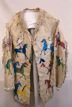 Кожаная куртка с подкладкой из ткани, Сиу. Бисерная вышивка с изображением нападения Сиу на лагерь Кроу, угон лошадей. 77 см. Конец 19 века.  Pomona College Museum of Art.