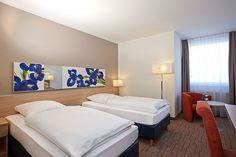 Blick in eines der Hotelzimmer / View into one of the hotel rooms | H+ Hotel Wiesbaden Niedernhausen