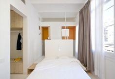 La camera da letto matrimoniale di Tyche Apartment comprende cabina armadio e toilette rialzata