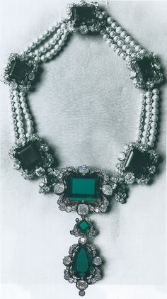 Necklace with diamonds, pearls and emeralds of the royal family in Italy