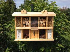 Insektenhotel, aufgehängt am Gartenzaun. Bird Feeders, Garden Ideas, Outdoor Decor, Home Decor, Bug Hotel, Insect Hotel, Garden Fencing, Balcony, Round Round