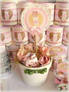 Vaso grande em cer�mica branca - com flores de tecido variado - la�o chanel - e topper personalizado no tema ursa princesa - com sobreposi��o de pap�is especiais em camadas. <br> <br>Pedido M�nimo: 10 unidades. <br> <br>O vaso pode ser utilizado como CENTRO DE MESA - e lembrancinha - � um lindo, original e delicado enfeite! <br>(o vaso mede aproximadamente 14x14cm).