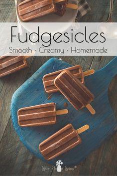 How to Make Your Own Homemade Fudgesicles (Fudge Bars) Köstliche Desserts, Frozen Desserts, Frozen Treats, Delicious Desserts, Dessert Recipes, Food Deserts, Dessert Food, Ice Pop Recipes, Ice Cream Recipes