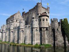 Castillo de los Condes de Gante - Castillo de los Condes se encuentra en el casco urbano de la ciudad de Gante, en la provincia de Flandes Oriental, Bélgica. Es el único castillo medieval en Flandes con un sistema de defensa casi intacto.