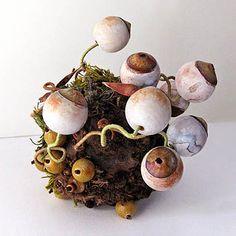 "Yeux   papier, fil à broder, perles, fil, tissu, cousu main à sphère en bois, 4 ""x 4"" x 4 """