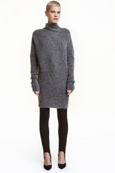 Oversized jumper: Oversized jumper in a rib-knit mohair blend with a turtle neck, heavily dropped shoulders and long sleeves with thumbholes at the cuffs. Tapered fit with a wide, rib-knit hem.