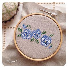 . 少し前に作成した パンジーのボーダー図案。 ブルーのグラデーションが 綺麗に出るように 色選びをこだわってます☆ . . #刺繍 #クロスステッチ #パンジー #花 #手芸 #ハンドメイド #embroidery #crossstitch #handwork #handmade #diy #pansy #flower