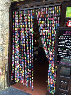 Rideau en bouchons de Liège colorés. Visible à San Sébastien en Espagne.