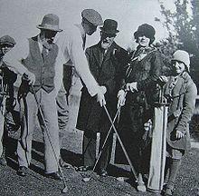 Roché, «jeune homme» sportif de quarante quatre ans entre Brancusi et Satie accompagnés de Jeanne Foster, compagne de John Quinnnote 43,  à Saint-Cloud le 5 novembre 1923.