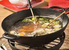 Recette Fondue chinoise : Décortiquer les crevettes. Les rincer et égoutter. Découper le foie de veau, le bœuf et les rognons de porc en très fines tranche...