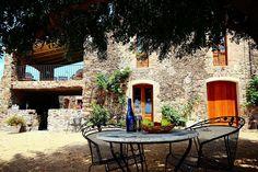 Van harte welkom bij ons bed and breakfast 'Masia La Pineda', gelegen aan de voet van de Pyreneeën, dicht bij de kust en vele, authentieke Spaanse dorpjes. Girona ligt op 15 minuten rijden en Barcelona op 45 minuten. Ook het strand van Playa de Aro ligt op slechts een kwartiertje afstand. Bed and breakfast 'Masia la Pineda' is onlangs verbouwd en heeft nog vele authentieke elementen behouden maar is nu tevens voorzien van de luxe die we vandaag de dag gewend zijn.