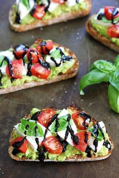 Caprese Avocado Toast-avocado toast with fresh mozz&; Caprese Avocado Toast-avocado toast with fresh mozz&; Lisa Henschel healthy Caprese Avocado Toast-avocado toast with fresh mozzarella tomatoes basil […] toast balsamic Lunch Snacks, Clean Eating Snacks, Healthy Eating, Eating Habits, Salada Caprese, Caprese Salat, Healthy Dinner Recipes, Gourmet Recipes, Healthy Snacks