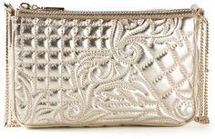 €910, Goldene gesteppte Leder Clutch von Versace. Online-Shop: farfetch.com. Klicken Sie hier für mehr Informationen: https://lookastic.com/women/shop_items/108376/redirect