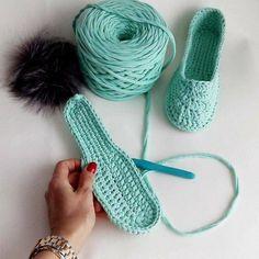 Aprende a Tejer Estas Hermosas Zapatillas a Crochet ( ganchillo) Tunecino DIY – Aprende Con Diana Knitting Yarn, Baby Knitting, Crochet Baby, Booties Crochet, Crochet Slippers, Crochet Slipper Pattern, Crochet Patterns, Diy Crafts Crochet, Crochet T Shirts
