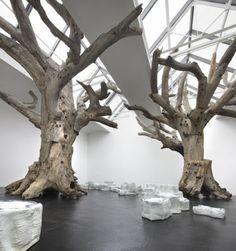 Rock et Tree, 2009-2010, rochers en porcelaine artisanale (ville de Jingdezhen) et arbres reconstitués  à partir de vrais troncs d'arbre de Chine.