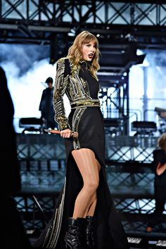 Taylor Swift performs onstage during Taylor Swift reputation Stadium Tour at Levi's Stadium on May 2018 in Santa Clara, California. Taylor Swift Outfits, Taylor Swift News, Photos Of Taylor Swift, Taylor Swift Style, Taylor Alison Swift, Swift Tour, Swift 3, Live Taylor, In Pantyhose