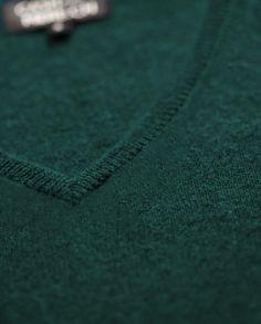 Ein sehr eleganter und schöner Damen Kaschmir Pullover V-Ausschnitt dunkelgrün in bester Qualität. Entdecken Sie bei uns unsere Kaschmir Kollektion.