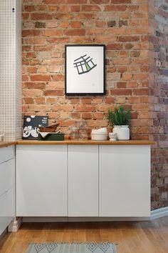 W jasnej kuchni... ceglana ściana