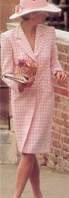 March Princess Diana with the rest of the royal family at Easter service at Windsor Church. Diana wearing a pink and white gingham coatdress and matching hat. Royal Princess, Princess Of Wales, Royal Fashion, Timeless Fashion, Kate Middleton, Prinz William, Princess Diana Fashion, Princes Diana, Diane