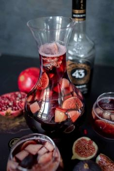 Winter sangria with Licor 43 Baristo - Francesca Cooks - Trend Cocktail Drinks 2019 Winter Sangria, Paprika Sauce, Mojito, Happy Drink, Zucchini Puffer, Snacks Für Party, Cocktail Drinks, Wine Decanter, Tapas
