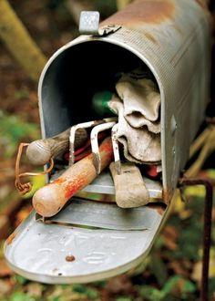 Oude Amerikaanse brievenbus als 'toolstation' in de tuin. Zo heb je altijd je handtuingereedschap binnen handbereik.