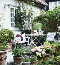 Terrasse inspiration – 20 skønne eksempler her - Garten Dekoration French Cottage Garden, Small Cottage Garden Ideas, Small Garden Design, Diy Garden, Dream Garden, Garden Projects, Garden Landscaping, Potted Garden, Small Gardens