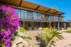 Looking at the overhead shot of this Palm Springs mid-century home, one word immediately springs to mind: vivid. Mid Century Modern Furniture, Midcentury Modern, Palm Springs Style, Arch Interior, Vintage Architecture, Facade House, Mid Century House, Old Houses, House Styles