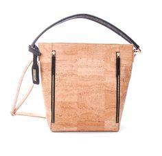 Stylische Tasche für Damen in mittlerer Größe! Bei dieser Tasche aus hellem Kork kommt die natürliche Maserung des Kork wunderbar zur Geltung. Die Tasche ist äußerst elegant! Die klare Form wird aufgelockert durch senkrechte...