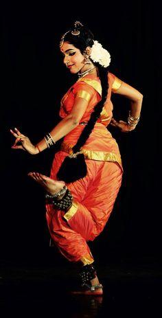 Belly Dancer Costumes, Dance Costumes, Folk Dance, Dance Art, Indian Women Painting, Indian Classical Dance, Vintage Dance, Dance Poses, Dance Fashion