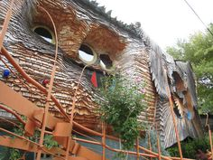 The Mushroom House (aka Tree House) is in the Hyde Park section of Cincinnati, OH. It was designed by architect Terry Brown, a professor of Architecture and Interior Design at the University of Cincinnati. Oh The Places You'll Go, Places To Travel, Places To Visit, Bar Lounge, Cleveland, Ohio Destinations, Crazy Houses, Weird Houses, University Of Cincinnati