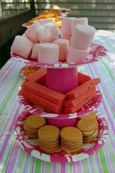 más y más manualidades: Centros de mesa para bocadillos usando platos y vasos desechables